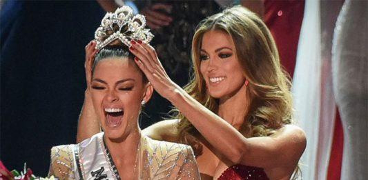 A Miss Universo 2018 Demi-Leigh sendo coroada por Iris MU 2017